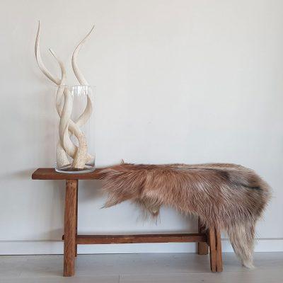 Kloosterbankje van hout met kudu hoorns en geitenvel