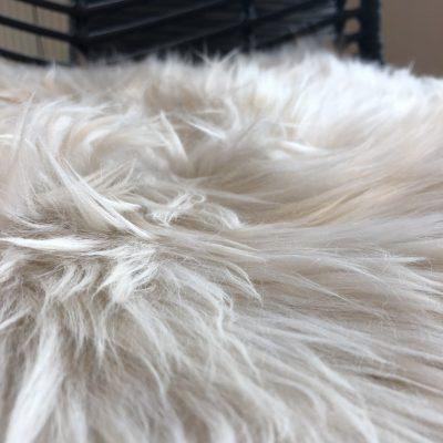 Linnen kleur stoelpad | stoelkussen schapenvacht creme