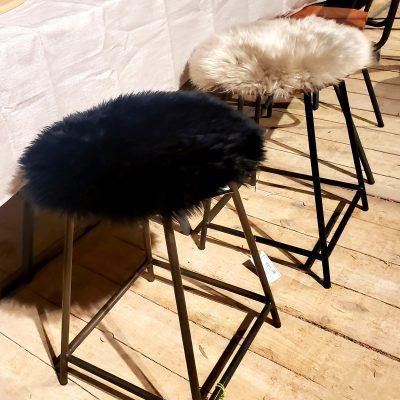 zwart stoelkussen van schapenvacht