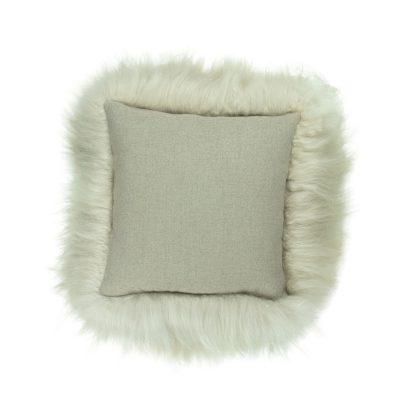 creme linnen kleur kussen schapenvacht